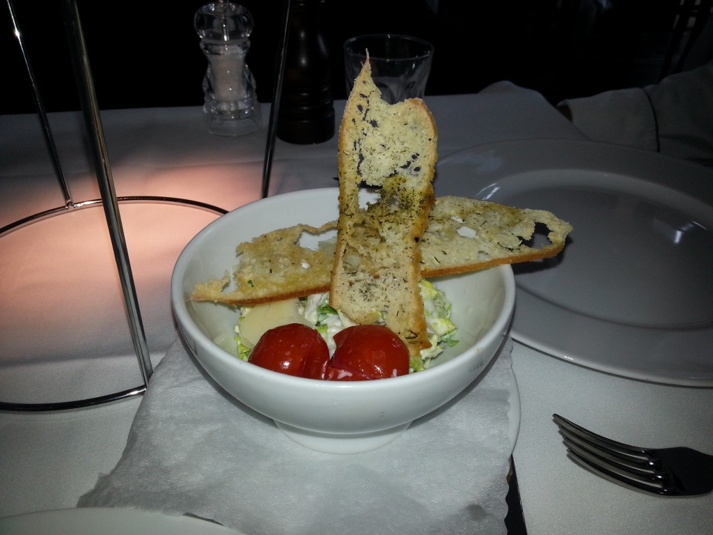 Beilagensalat mit Ceasar Dressing und Brotchip aus dem The Grand Restaurant Berlin