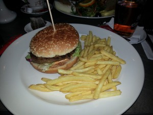 Cheeseburger im Cafe Maibach am Nollendorfplatz